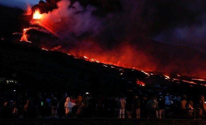 Испания обещает ускорить оказание помощи пострадавшему от вулкана острову Ла-Пальма